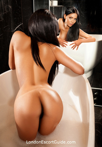 Mayfair brunette Roberta london escort