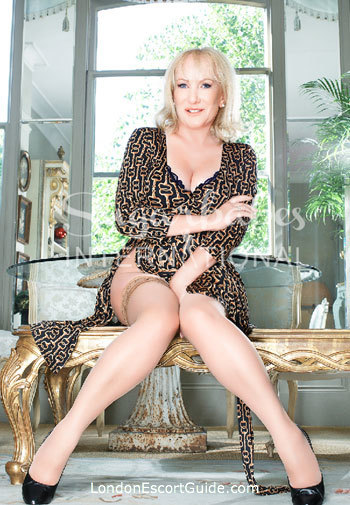 Knightsbridge petite Elizabeth london escort