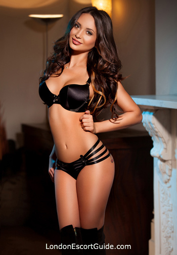 Chelsea brunette Luna london escort